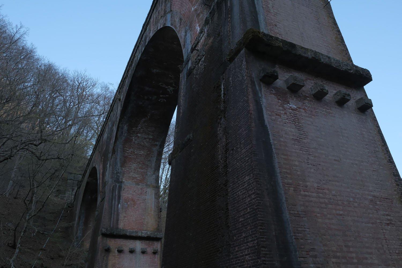 補強されて厚みの増した碓氷第3橋梁の橋脚部分。碓氷第3橋梁は1893(明治26)年竣工後に強度不足が指摘され、すぐに補強工事が施された。