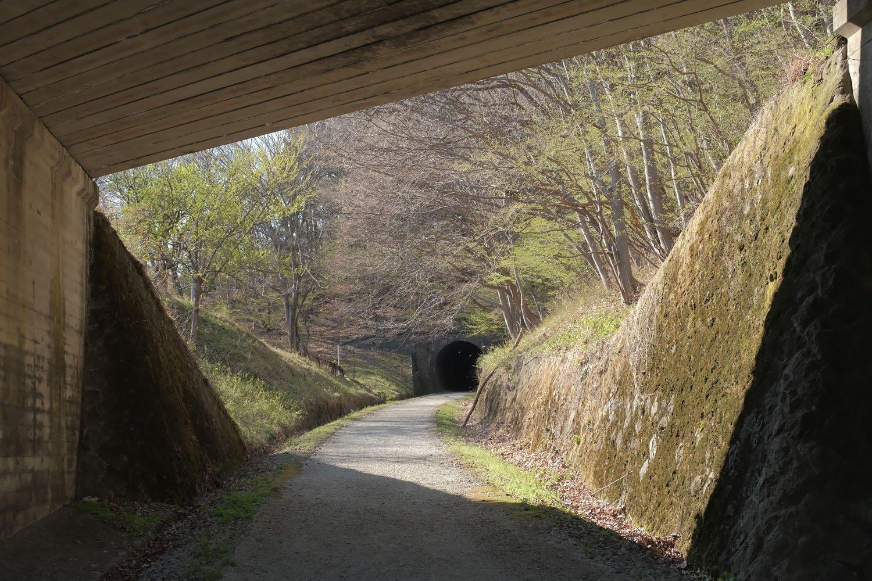 旧国道の真下から第3トンネルを見る。緩やかな右カーブでも勾配はきつい。