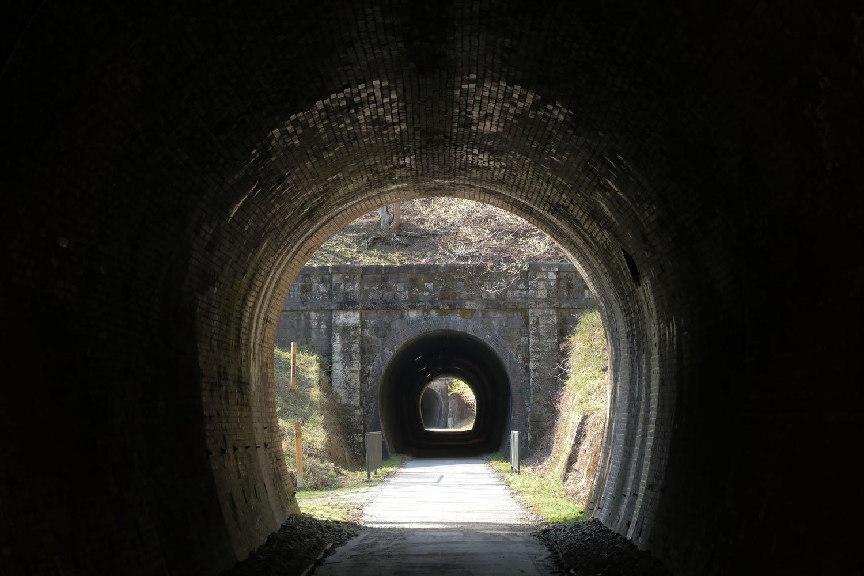 第3トンネルの出口から見る第4トンネル。ポータルは石積みタイプが連続する。