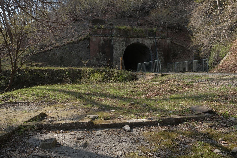 第5トンネル手前の小さな空き地には詰所跡の基礎があり……。