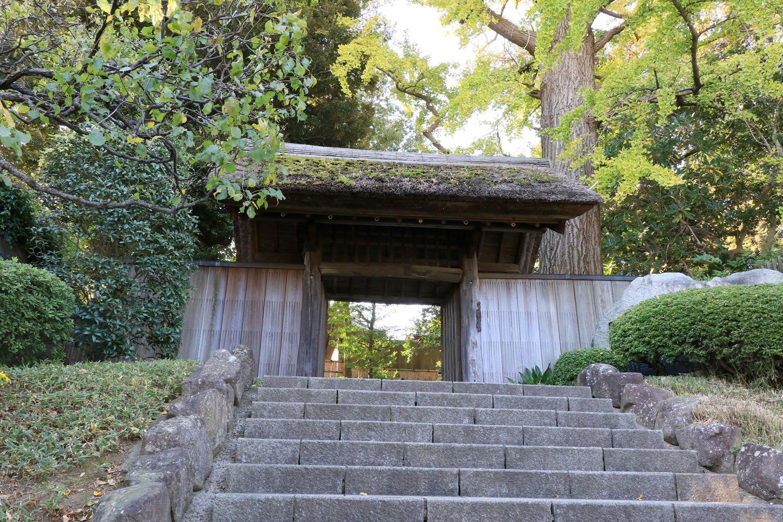 苔むす茅葺門をくぐりかつての屋敷地内へ。
