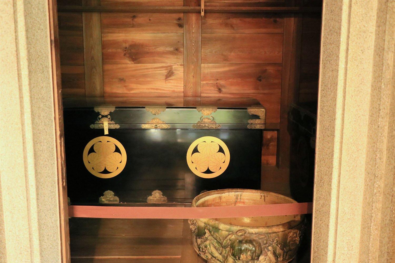 葵紋付長持。慶喜の孫・喜久子妃が高松宮に嫁ぐ際の婚礼調度のひとつが寄贈されたもの。