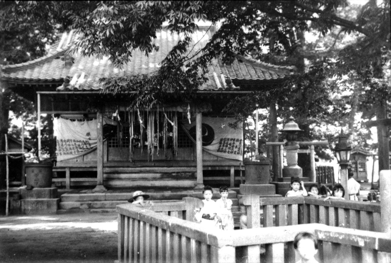 明治39年(1906)8月22日、德川昭武撮影の松戸神社拝殿。 (提供:松戸市戸定歴史館)