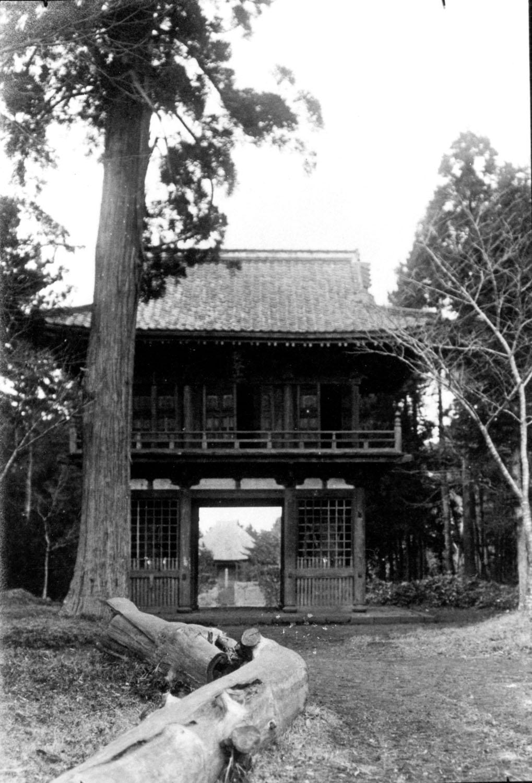 明治40年(1907)1月9日、德川昭武撮影の本土寺の仁王門。 (提供:松戸市戸定歴史館)