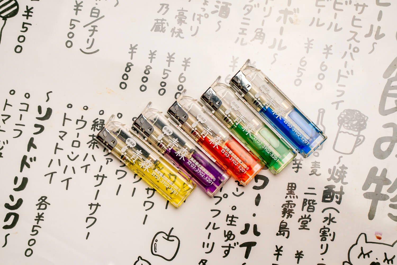 全5色のオリジナルライターは無料。「赤羽じゃあ、ライターにお金取る店なんてないよ」。