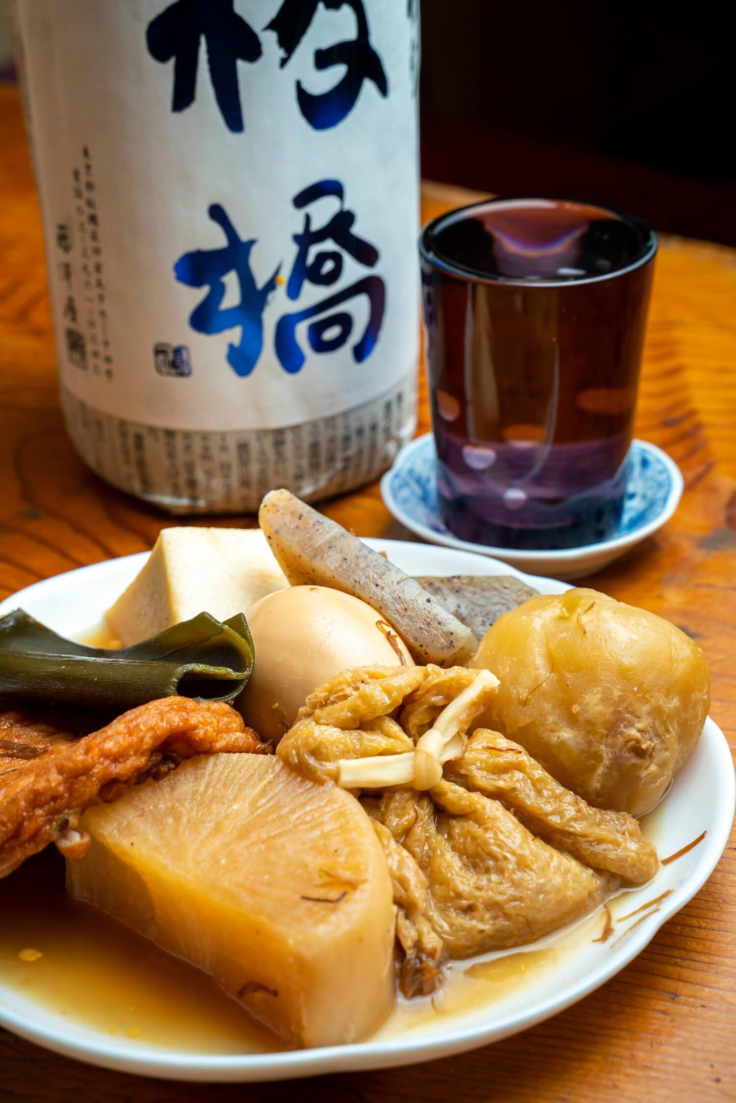日本酒・板橋のグラスは660円。アテは名物のおでん1人前1320円。出汁の味を日々調整する繊細な仕事に刮目(かつもく)せよ。