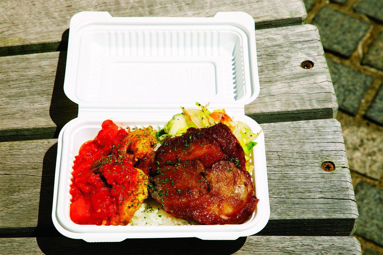 タンドリーチキン+ ローストポークの2種盛り900円。醤油ジンジャーソースで仕上げた人気の定番。香ばしいチキン料理はラタトゥイユを添えて。