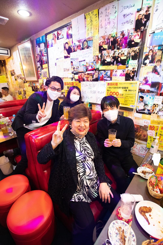 店内も貼り紙と有名人の写真でいっぱいの『スナック雪子』で記念撮影。