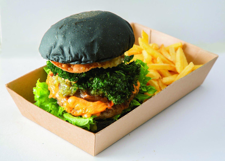 cheese burger 950円。竹炭入りバンズは、夫・洋平さんの案。素揚げケールが後引く苦み。味の決めてだ。