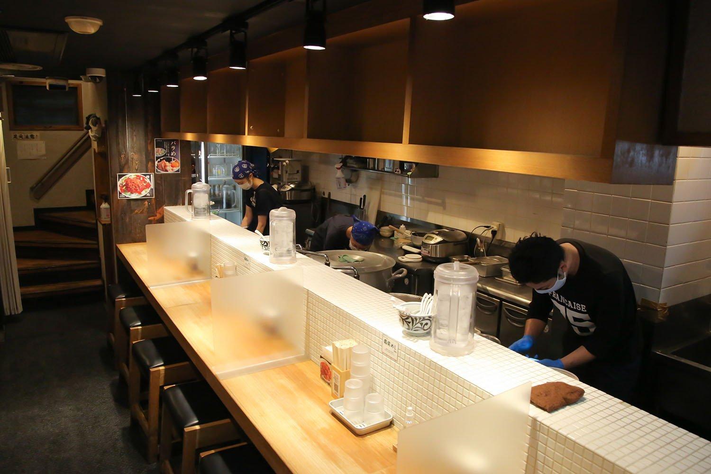 清潔でおしゃれな雰囲気のカウンターの中には3名のスタッフが忙しそうに働く。