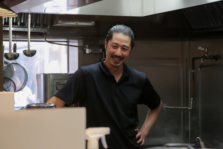 がっつくスタッフたちを見守る菅野さんのいい笑顔。