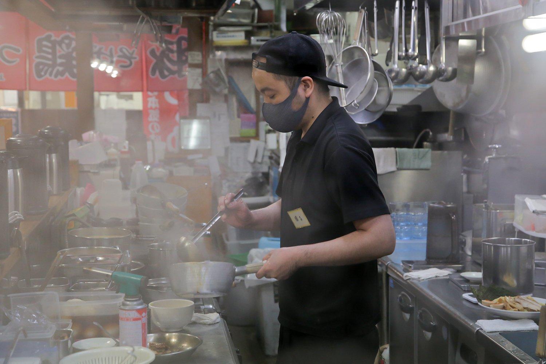 小気味良い動作で、麺を選び茹で上げる時間ごとに仕上げていく国吉さん。
