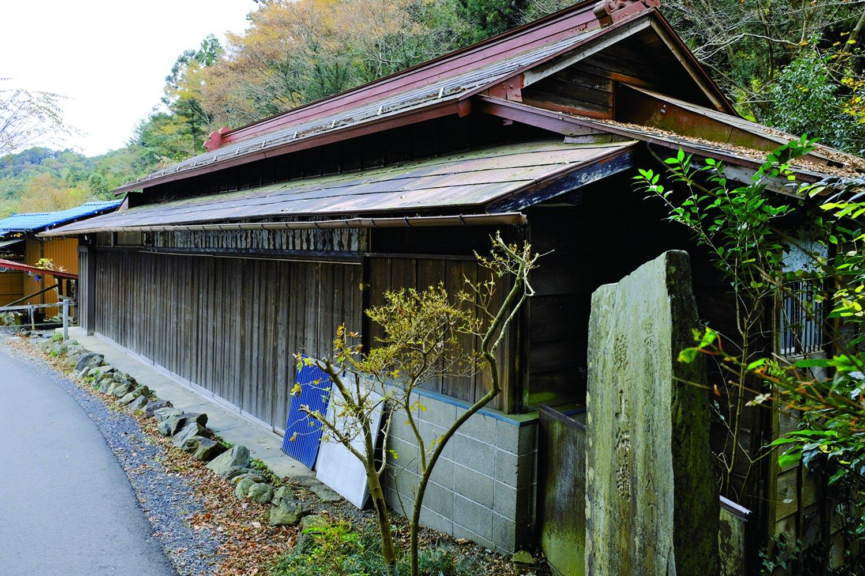 蛇滝口バス停近くに残る旅籠だった家。旅籠「ふぢや新兵衛」という名で、軒先には講札が いくつもかかっていた。