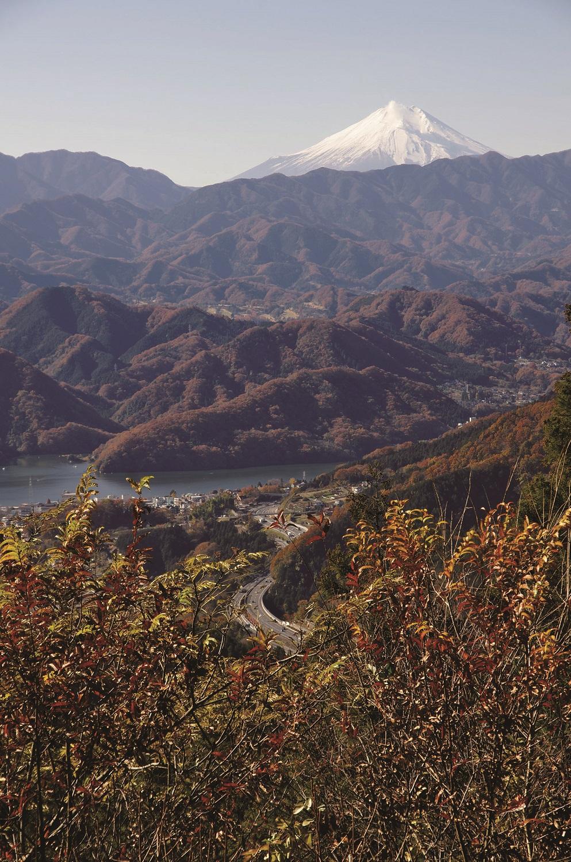 小仏峠から小仏城山方面へ5分も行くと茶屋跡があり、そこからの富士山と相模湖の眺望。