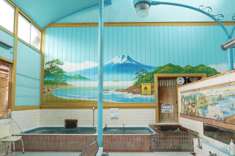 男湯のペンキ絵は富士山。高い天井に桶や水の音が響く。