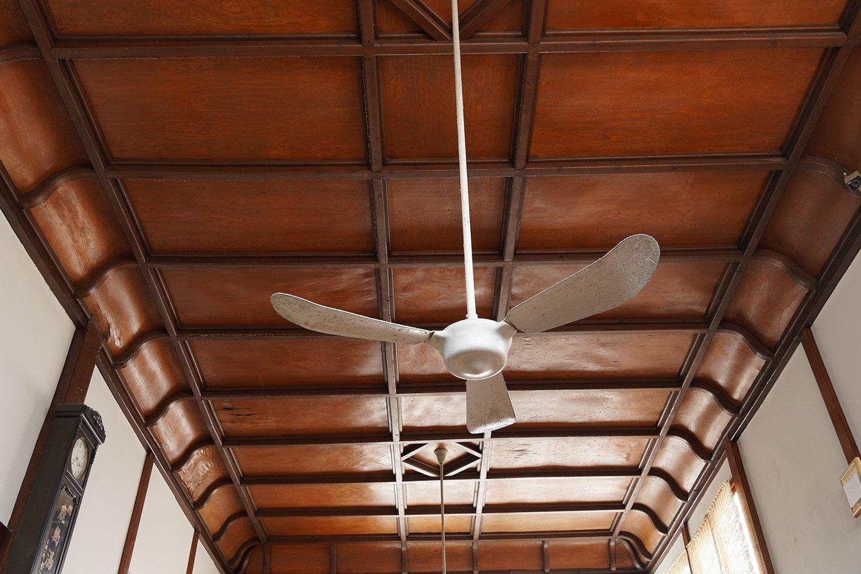 見上げると、格子状の木目が本当にきれいな天井。広さを体感する。