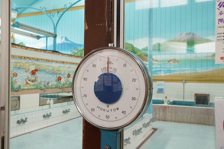 昔懐かしい体重計。女湯からは、富士山と武甲山の両方が拝める。