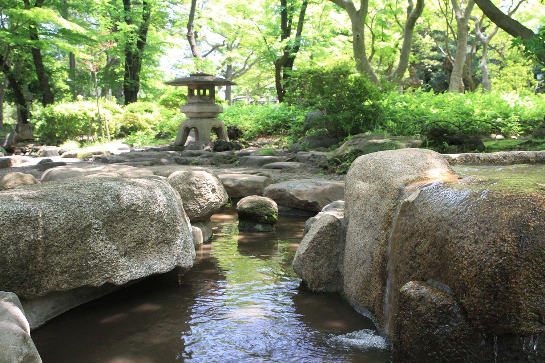 高橋是清翁記念公園は、第20代首相を務めた高橋是清の邸宅跡を利用。灯篭のある庭園エリアと遊具スペースに分かれる。