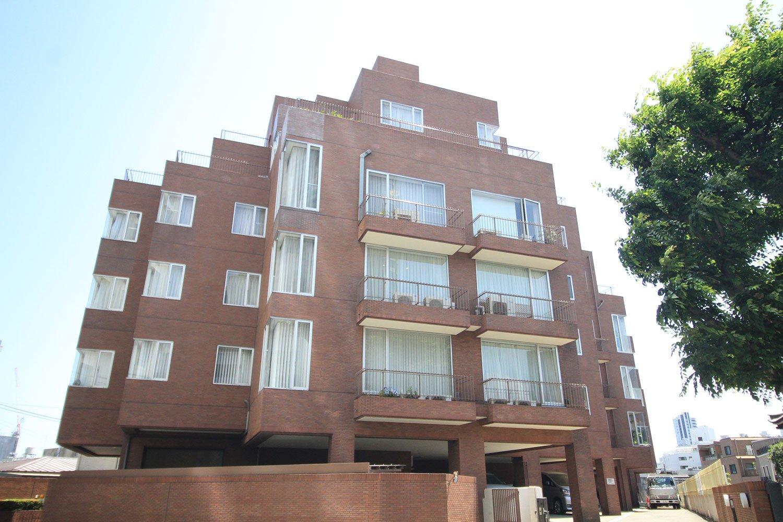 「赤坂パークマンション」は斜めに住戸が連なる雁行型。そのため、どの住戸も角住戸のように開口部が多く取れ、明るく開放的。