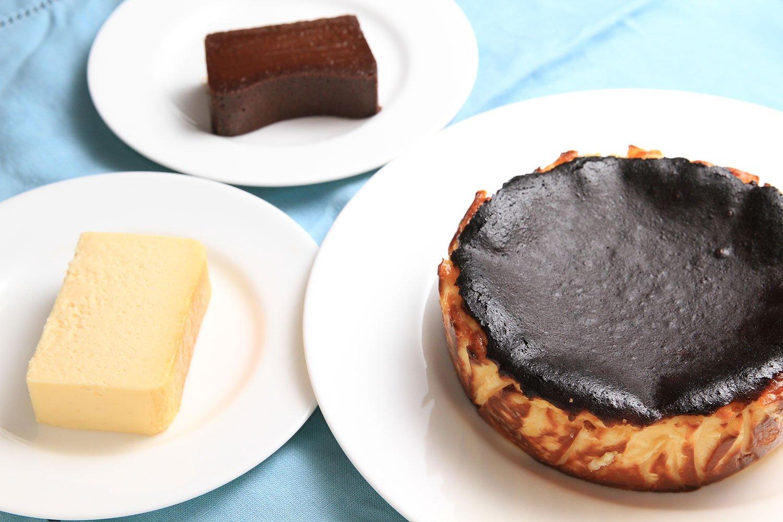『Cheesecake plus』はテイクアウト専門。チーズテリーヌ700円、バスクチーズ650円、チョコレートテリーヌ630円(各1ピースの価格)。