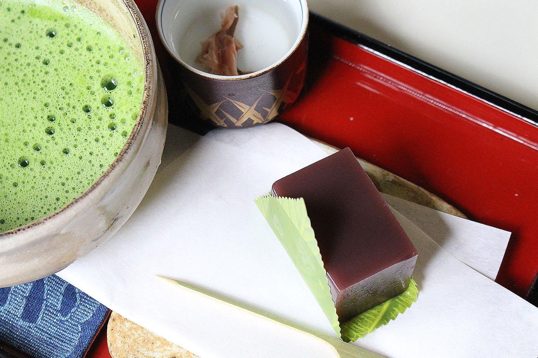 抹茶和菓子付き520円。水羊羹単品持ち帰り1個190円。
