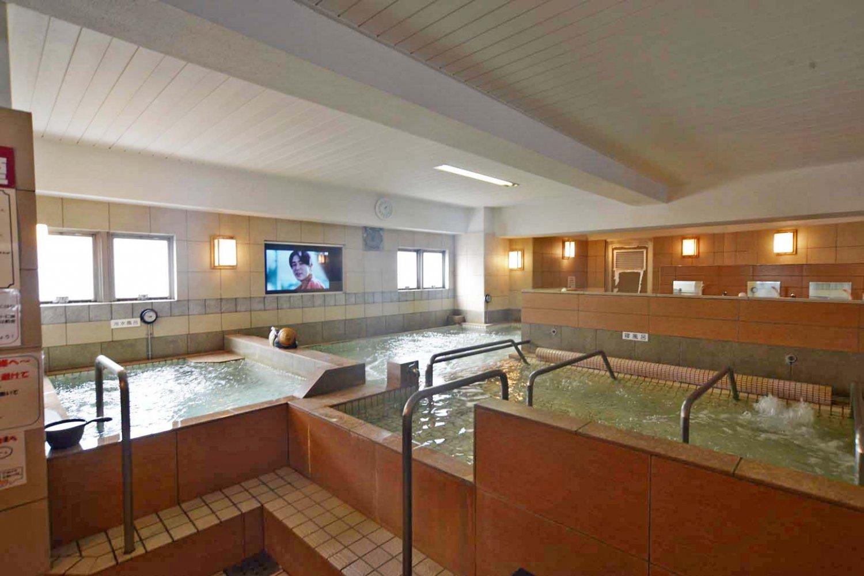1階の浴室。3つの浴槽がTの字に配置されている。
