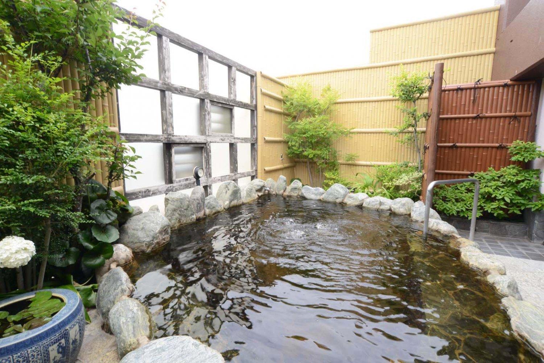 これを楽しみに訪れる人も多いという露天風呂。目隠し塀の小窓を開ければ新幹線が見える。