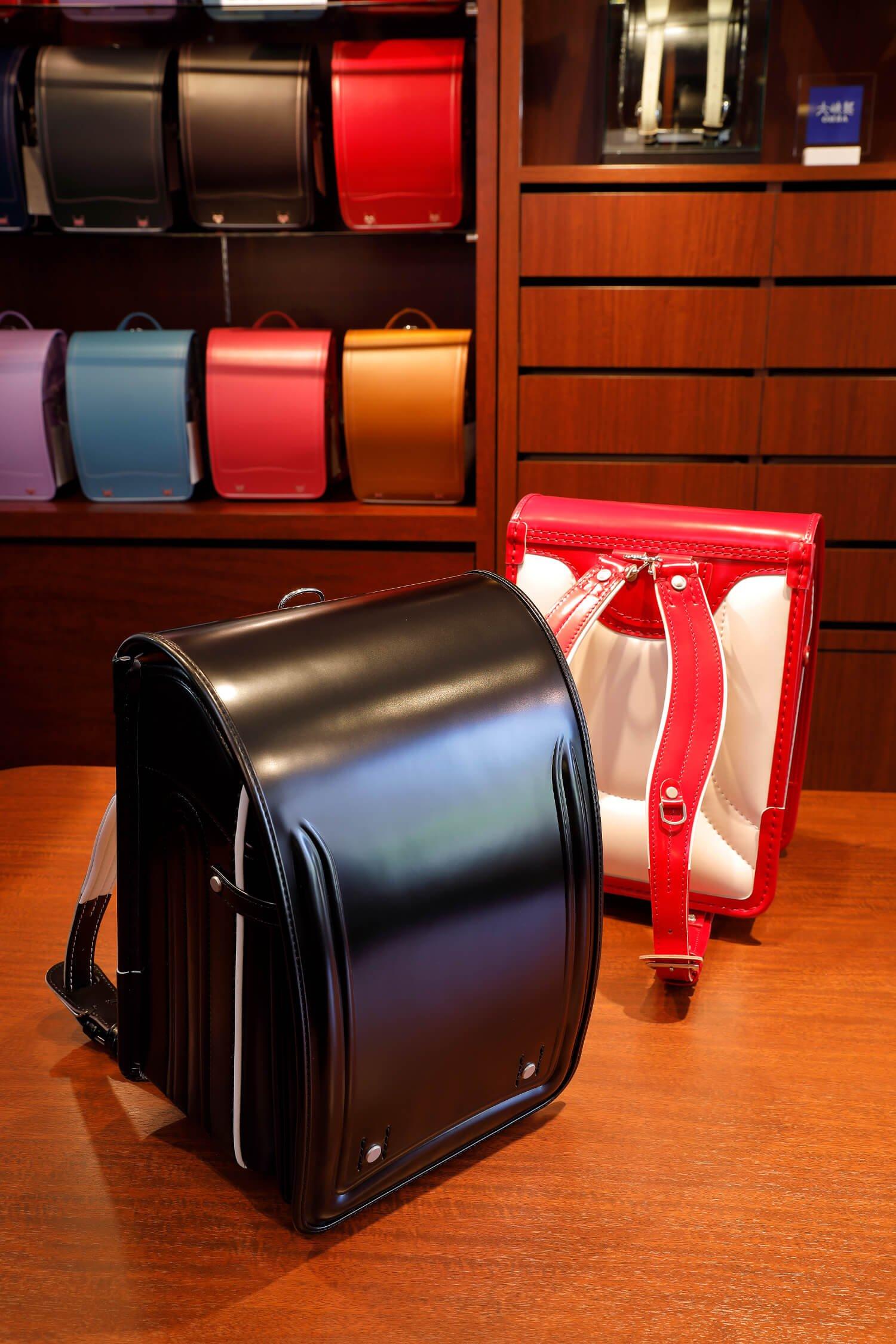 総コードバン(艶あり)・プレミアム 18万7000円(黒、赤)。素材選びから縫製(重要箇所は手縫い)、取り付けまで妥協なしの最高級品だ。