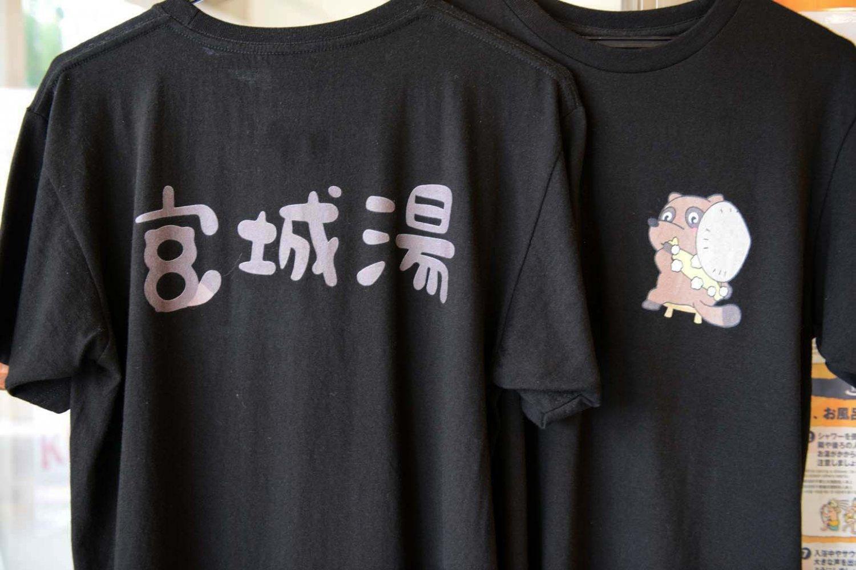 オリジナルキャラクター「お掃除タヌキ」があしらわれたTシャツ。