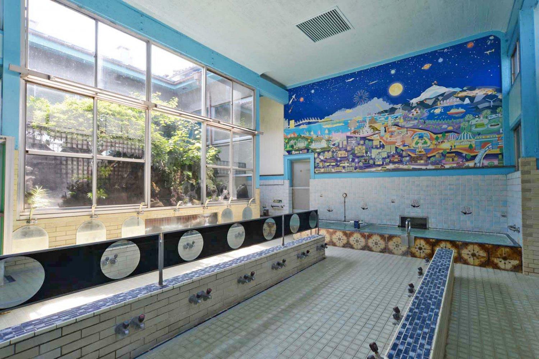 中庭を眺める浴室。正面に見えるイラストの背景画も印象的だ。