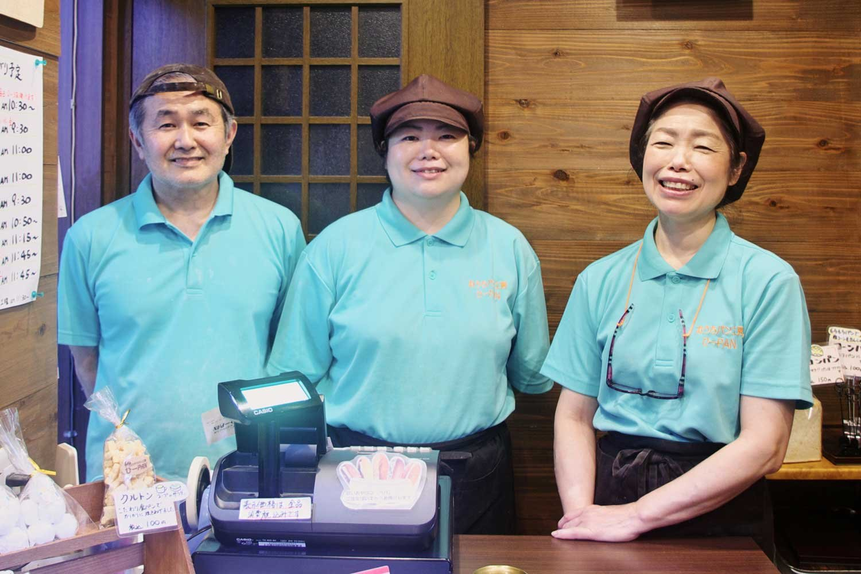 パン職人歴46年でほのぼのした雰囲気の比嘉恭三さん、何でもできる頼もしい娘の梨沙さん、ムードメーカーの妻・芳子さん。