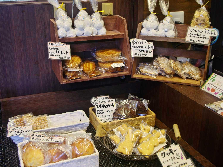 梨沙さんが手がける充実の焼き菓子コーナー。スノーボール280円には薄力粉ではなく強力粉を使うのがパン屋さんならでは。