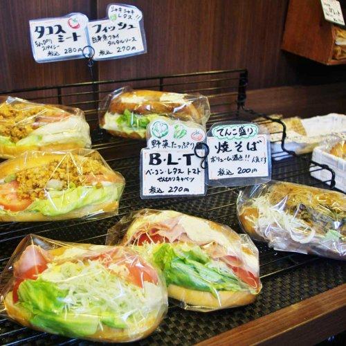 焼き菓子コーナーも充実。上石神井の『おうちパン工房ひーPAN』のコッペサンドはパンが閉じないほど具材のボリュームがすごい...