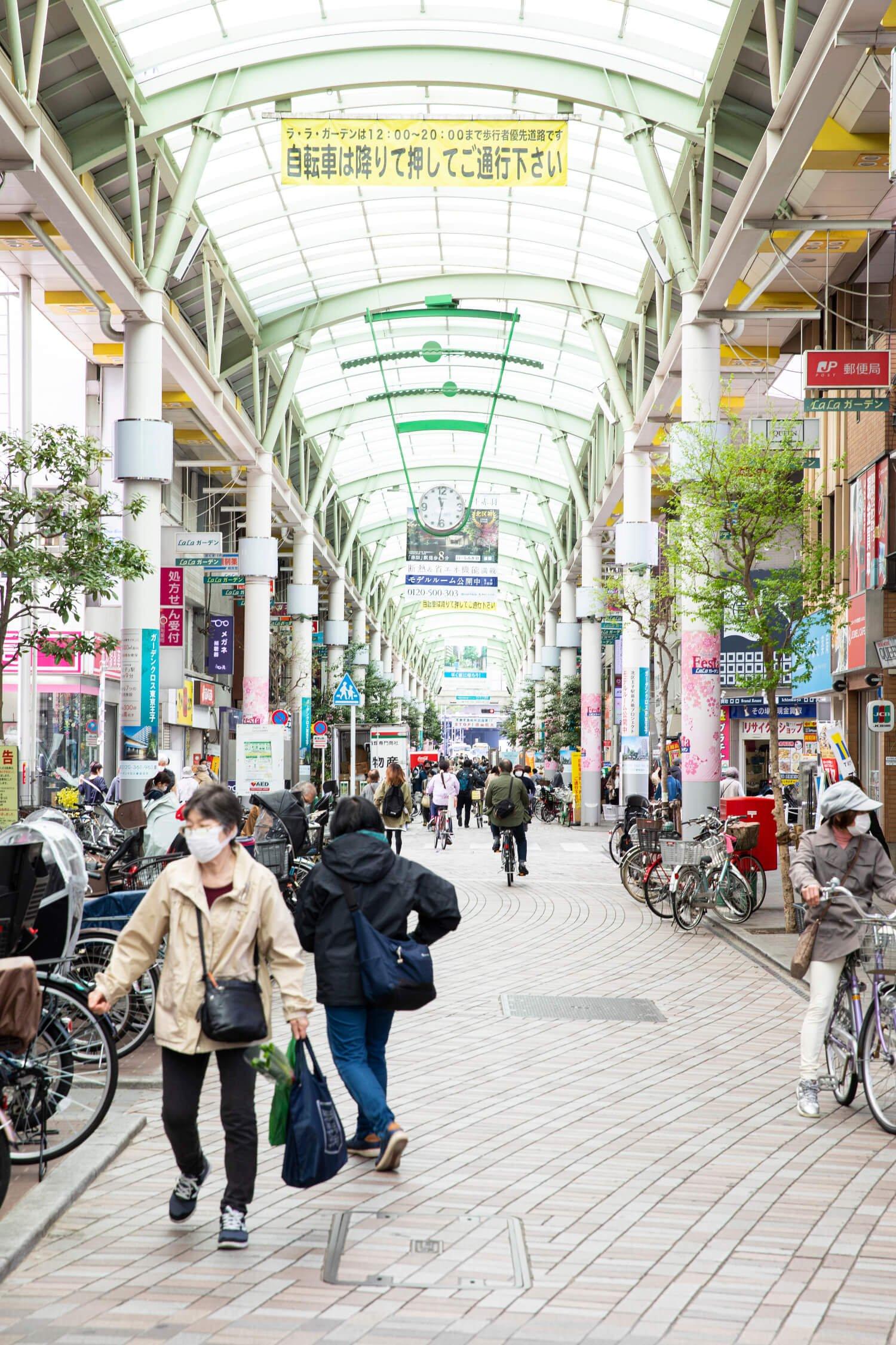 """赤羽駅の東口は知る人ぞ知る""""自転車天国""""。『ダイエー』が入る「LaLaガーデン」には駐輪スペースがたくさん。"""