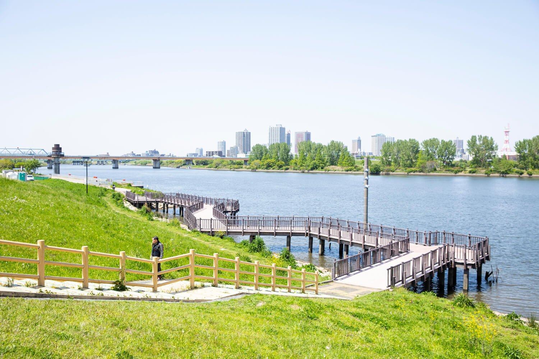 荒川河川敷に敷かれたウッドデッキの先にはバーベキュー場もある。