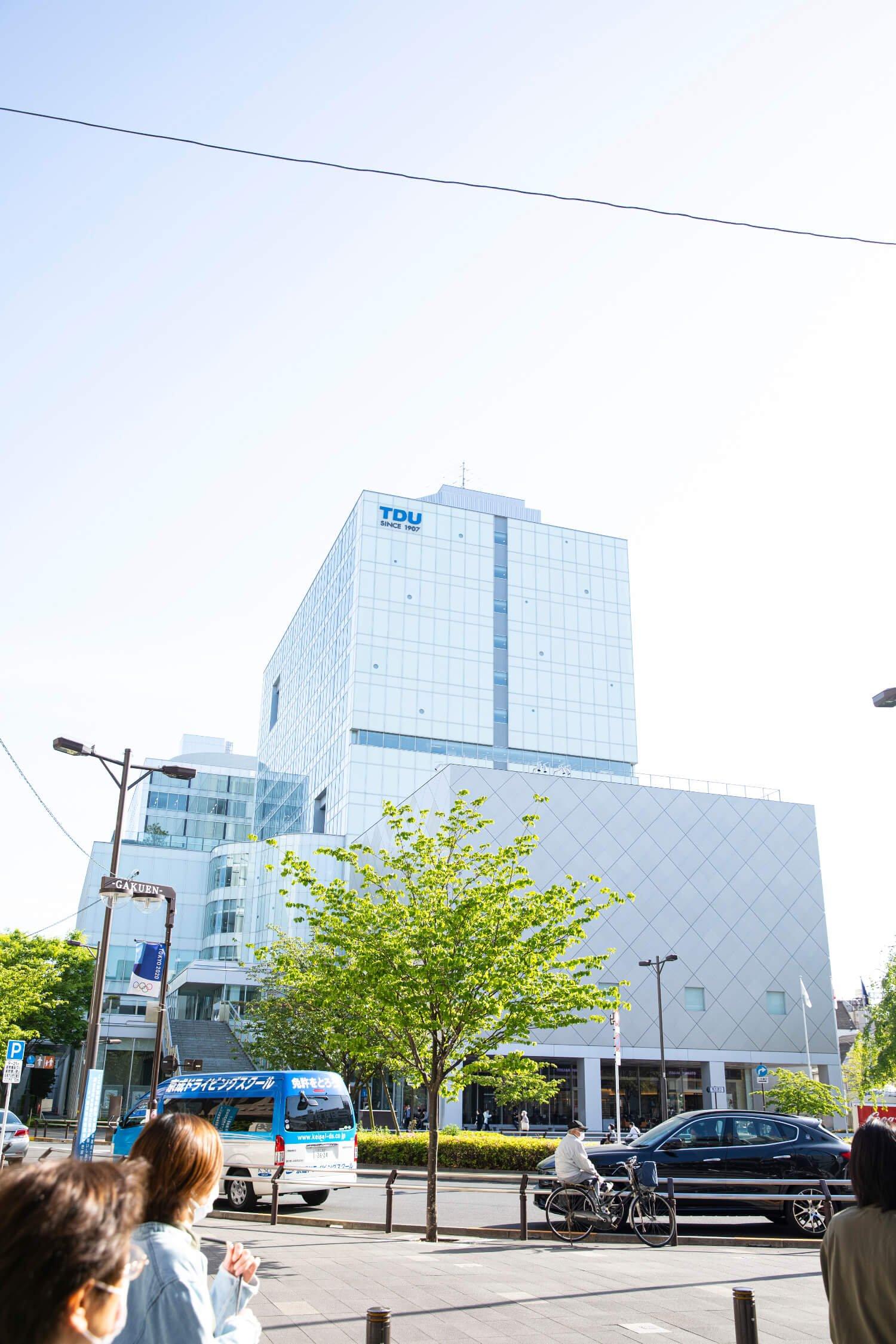 2012年に移転してきた東京電機大学のキャンパスは東口駅前の風景を大きく変えた。