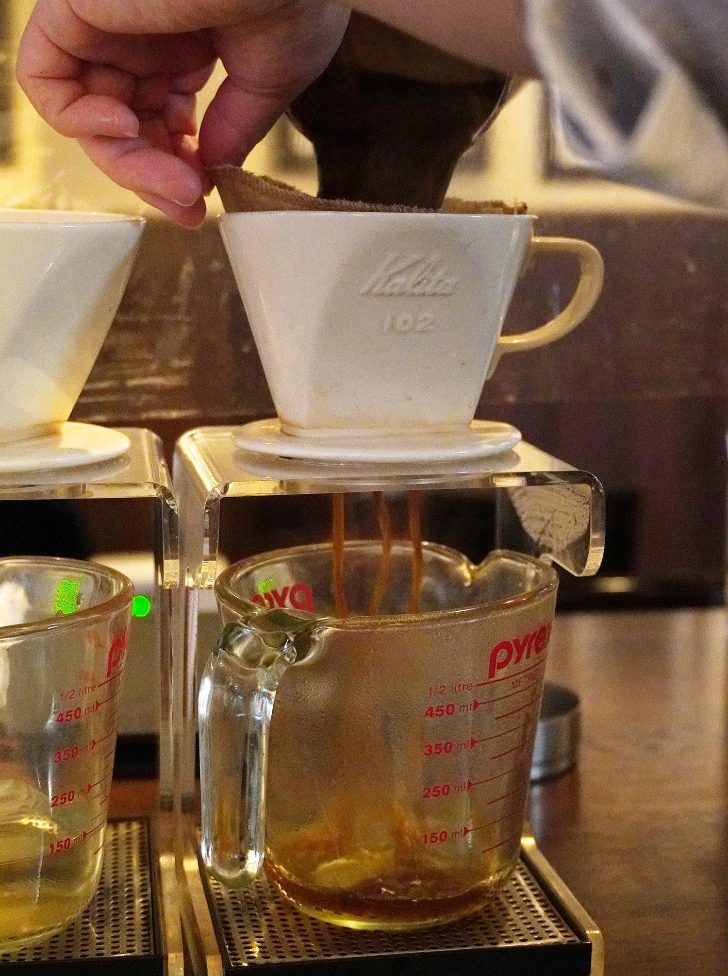 お湯に浸したコーヒーをナイロンのフィルターで濾す。