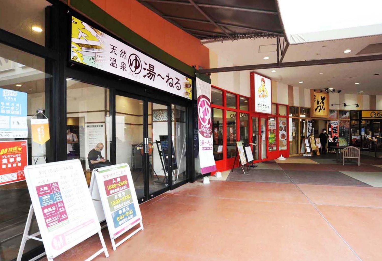 2階のエントランス。隣接する飲食店は、館内のフードコートからも利用できる。