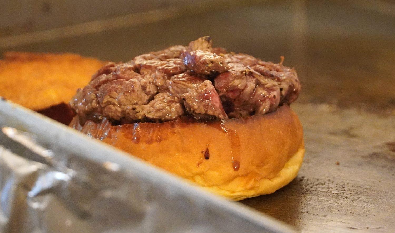 パティは、1個あたり100gのステーキ肉を使用。