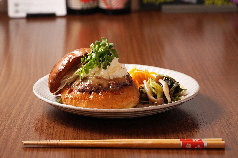 KAKUMEI味噌麹バーガー1500円。付け合せは日替わり和前菜。