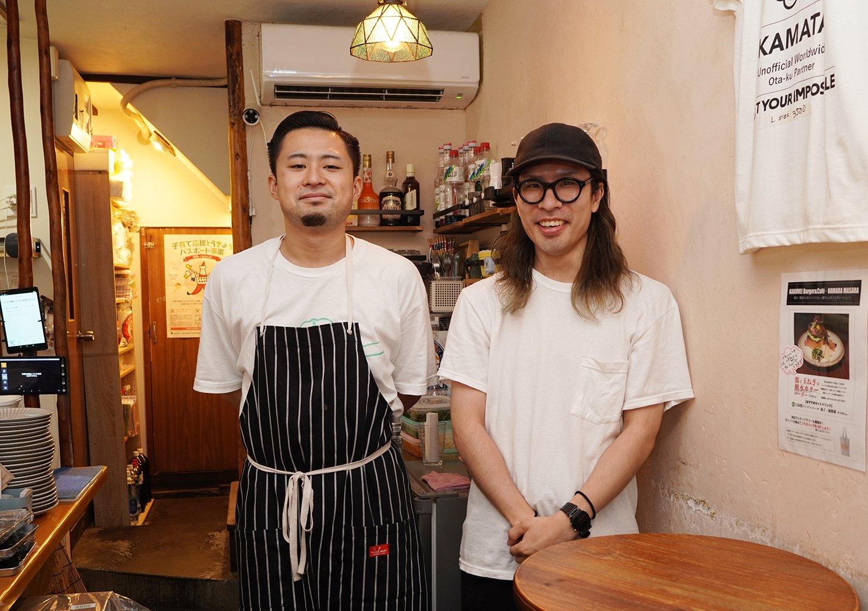 音楽好きな、店長の北見さんとスタッフの矢尾さん。店内BGMのプレイリストはスタッフが作る。