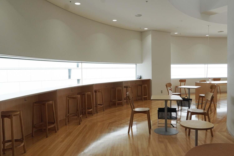 カウンター席のほか、2人掛けを中心としたテーブル席が配される。