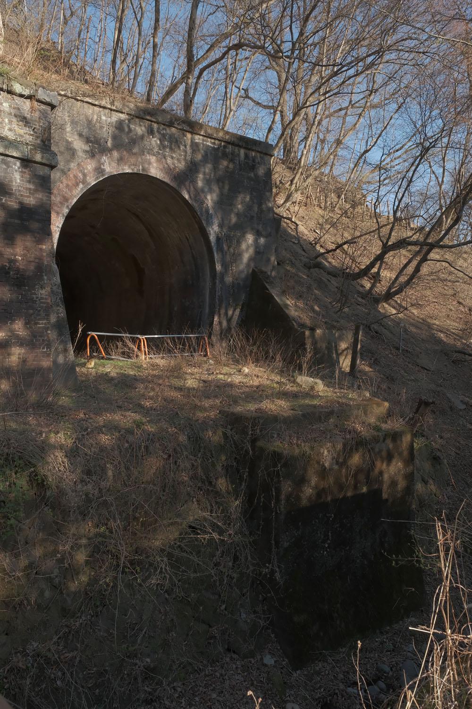 引上線トンネル手前には水路があって小さな橋梁があった。いまは橋台が残る。