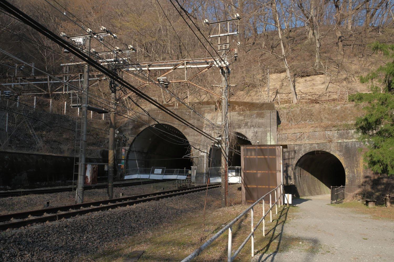 横川方は4つのトンネルが口を開けている。この写真では一番右の引上線用トンネルが写っていない。一番左の複線形状の新線上り線トンネルは、中で単線となっている。このトンネルはもともとアプト式の上り突込線用であった。隣の新線下り線トンネルは複線化の際に掘削され、アプト式の旧線トンネルは再利用されずに遺棄された。