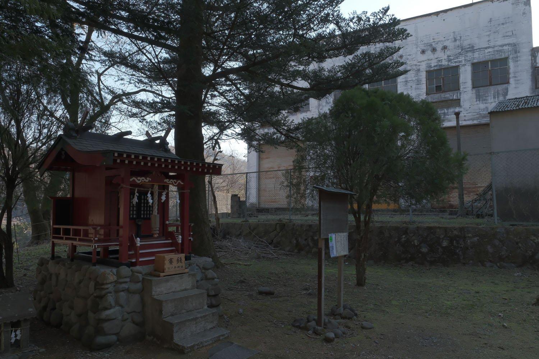 熊の平神社と変電所。現役時代は信号場のため立ち入りしにくかったが、アプトの道として整備されてからお参りする人が増えているのではと思っている。