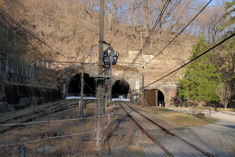 横川方のトンネル群。アプト式現役時代は、右の樹木は無く、引上線トンネルとホームがあった。構内全ては歩けないものの、立入禁止ロープの内側からでも十分に観察できる。