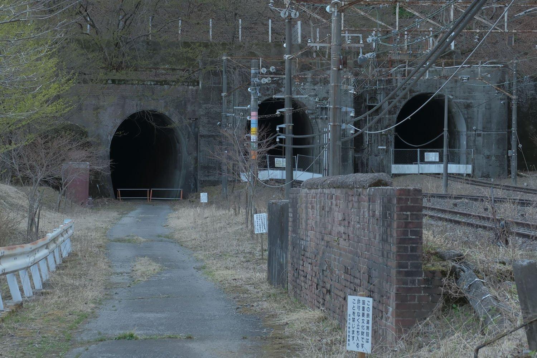 旧下り突込線トンネル手前にあるレンガの壁は碓氷第7橋梁の一部分である。