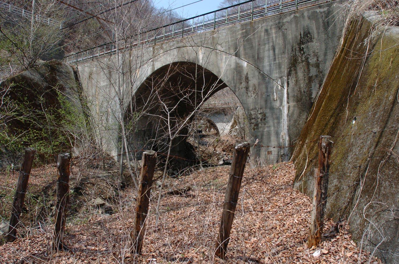 碓氷第11橋梁のコンクリートアーチ橋。熊ノ平〜軽井沢のアプト式区間はほとんど新線下り線へ吸収された。この橋梁はレンガアーチを改良して1997年の廃止時まで使用された。2007年4月20日撮影。