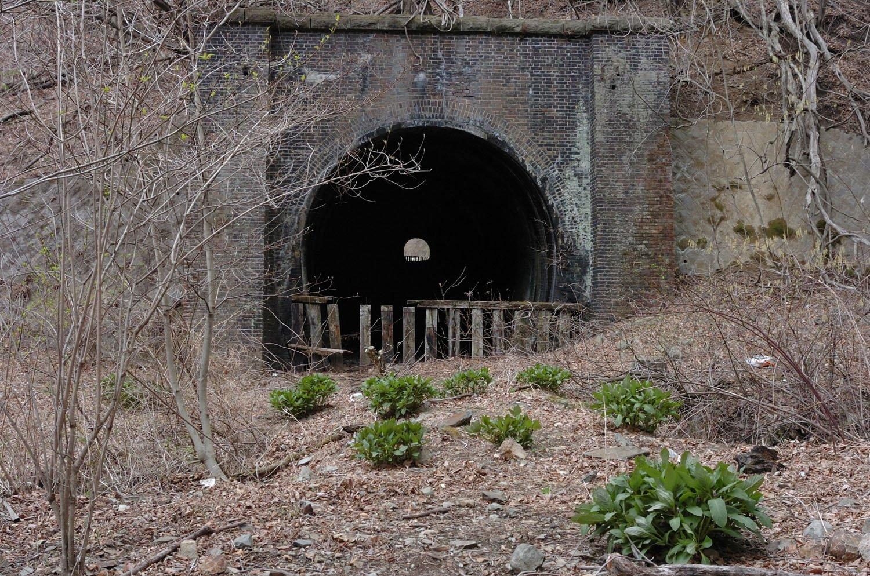 第17トンネルの横川方。第16トンネルと向かい合っているので双方とも観察できる。2007年4月20日撮影。