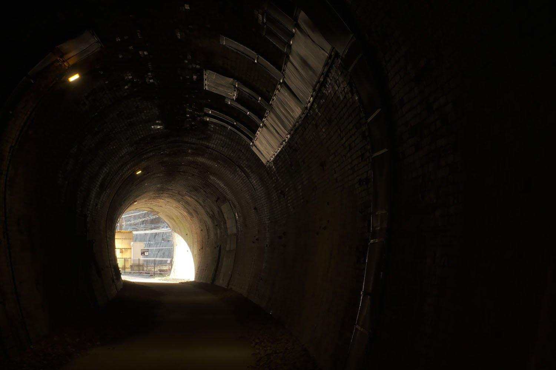 第10トンネルを潜る。緩やかな左カーブの先には……。